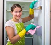 Waschender Kühlschrank der Frau zu Hause Stockbilder
