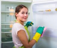 Waschender Kühlschrank des Brunette Lizenzfreie Stockfotografie