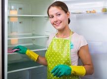 Waschender Kühlschrank des Brunette Lizenzfreies Stockbild