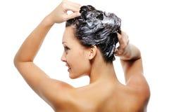 Waschender Kopf der erwachsenen Frau stockfotografie