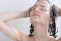 Waschender Kopf des Mädchens mit Shampoo Stockfotografie