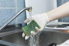 Waschender Schwamm in der Wanne Stockfoto