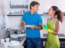 Waschender Teller der Paare an der Küche Stockbilder