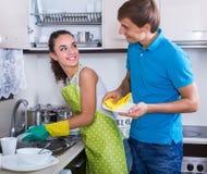 Waschender Teller der Paare an der Küche Stockfotos
