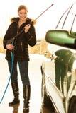 Waschendes Auto der Frau auf Freilicht Lizenzfreies Stockbild