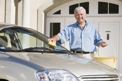 Waschendes Auto des älteren Mannes Stockfotografie