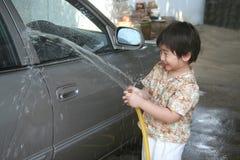 Waschendes Auto des Kindes Lizenzfreie Stockbilder
