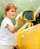 Waschendes Auto des kleinen Jungen. Stockfotografie