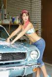 Waschendes Auto des Mädchens stockfotos