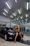 Waschendes Auto des Mädchens Lizenzfreies Stockfoto