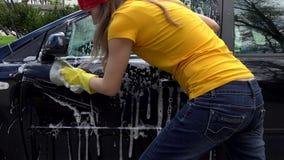Waschendes Automobil der Arbeitnehmerin im Freilicht Handschuß stock video footage