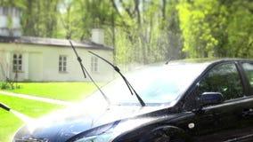 Waschendes Automobil der Arbeitskraft mit Hochdruckwasserstrahl im Hausyard stock video footage