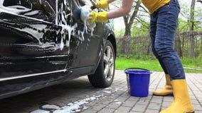 Waschendes Automobil der Frau im Freilicht Handschuß stock video