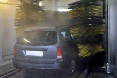 Waschendes Fahrzeug in der automatischen Autowäsche Stockbild