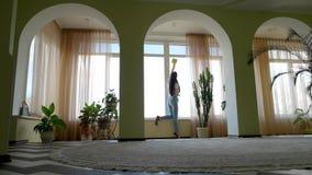 Waschendes Fenster des Mädchens mit Reinigungsmittel stock video footage