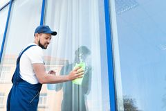 Waschendes Fensterglas der Arbeitskraft von der Außenseite Lizenzfreie Stockbilder