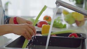 Waschendes Gemüse der jungen Frau stock footage
