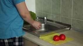 Waschendes Gemüse in einer Wanne in der Küche stock video