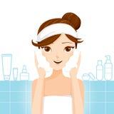 Waschendes Gesicht der jungen Frau mit Schaum Lizenzfreies Stockfoto