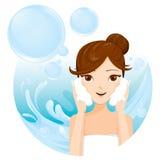 Waschendes Gesicht der jungen Frau mit Schaum Lizenzfreies Stockbild