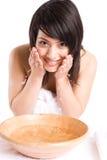 Waschendes Gesicht des schönen asiatischen Mädchens Stockfotografie