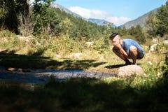 Waschendes Gesicht in einem Fluss lizenzfreie stockfotos
