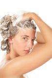Waschendes Haar der Frau stockbild