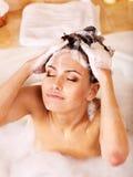Waschendes Haar der Frau durch Shampoo. stockfotografie