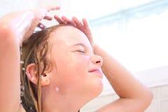 Waschendes Haar des Mädchens stockfotografie