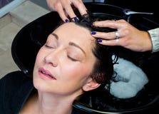 Waschendes Haar und Massage Stockfoto