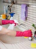 Waschendes Haus der jungen Frau stockfotografie