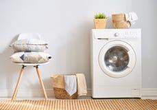 Waschküche mit einer Waschmaschine stockbilder