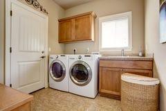 Waschküche mit Waschmaschine und Trockner stockbilder
