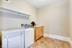 Waschküche mit weißen Geräten Stockfotografie