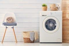 Waschk?che mit einer Waschmaschine stockbilder