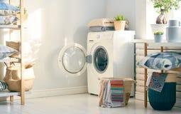 Waschk?che mit einer Waschmaschine lizenzfreies stockbild
