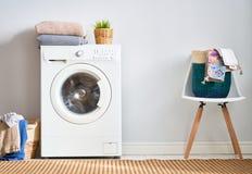 Waschk?che mit einer Waschmaschine lizenzfreie stockbilder