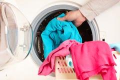 Waschmaschine mit bunter Kleidung Stockfotografie