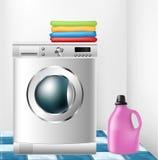 Waschmaschine mit Kleidung und reinigender Flasche Stockbild