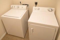 Waschmaschine und Trockner im Waschraumhintergrund lizenzfreie stockfotos