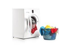 Waschmaschine und voller Wäschereistauraum Stockfotografie