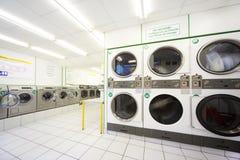 Waschmaschinen in der leeren allgemeinen Wäscherei Lizenzfreies Stockfoto