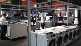 Waschmaschinen, Trockner und andere Haushaltsgerätausrüstung im Speicher AEG Jährliche Messen besitzen Kabine, zu besitzen, an au stock video