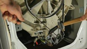 Waschmaschinenreparatur, hintere Ansicht Vielfachmessgerätkontrolle stock video