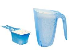 Waschpulver in einem messenden Cup Stockbilder