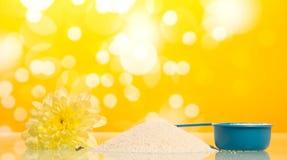 Waschpulver in messender Schale Lizenzfreies Stockfoto