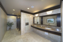 Waschraum in einem Bürohaus Lizenzfreie Stockbilder