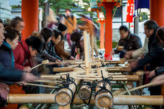 Waschung bei Fushimi Inari Stockfoto