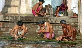 Waschungen in Varanasi lizenzfreie stockfotos