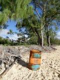 Wash-uppgolfen Marine Oil Barrel sitter på den Waimanalo stranden Royaltyfria Foton